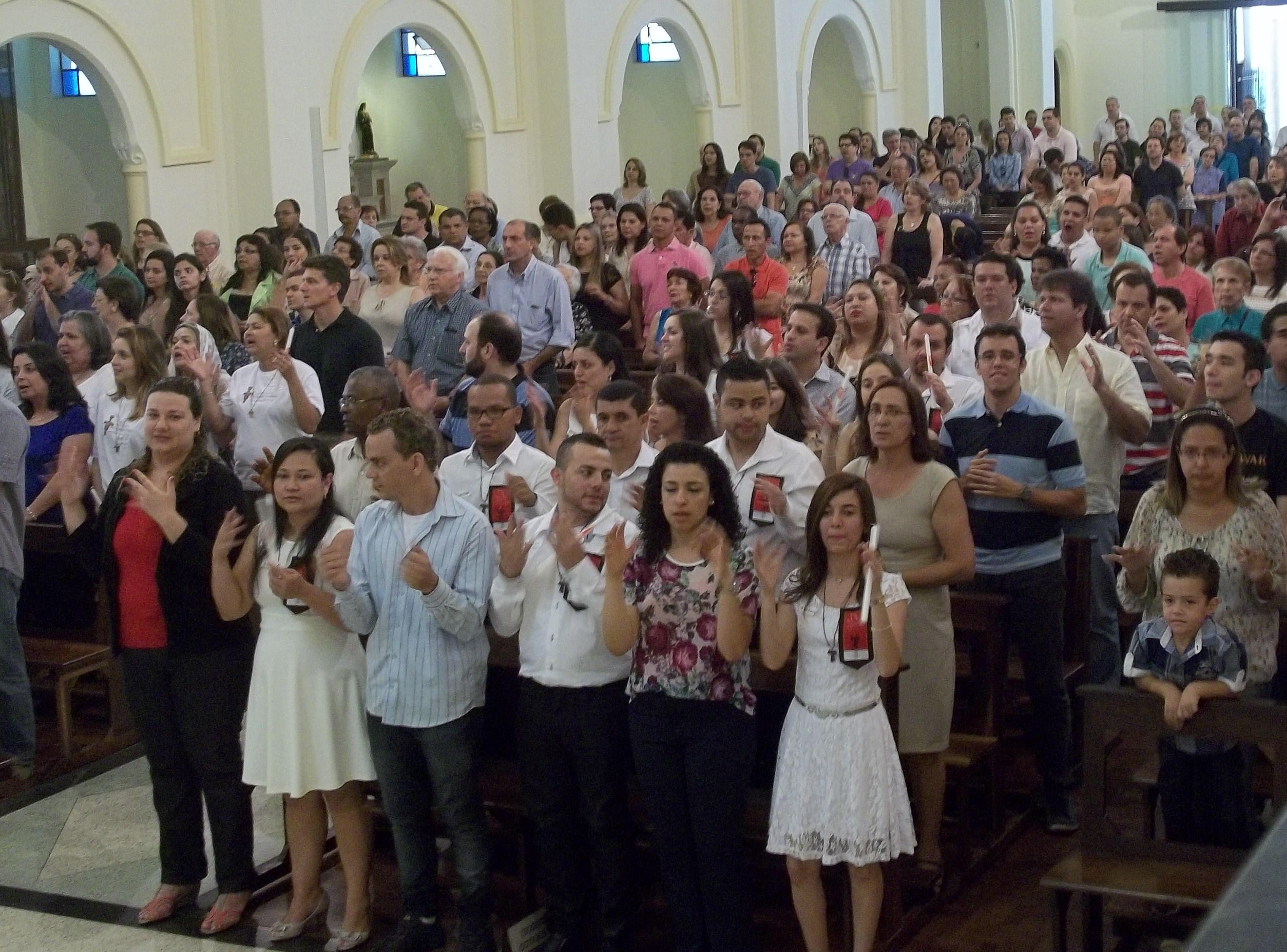 Dom José Roberto aos crismandos: sejam coerentes e levem ao mundo o perfume de Cristo