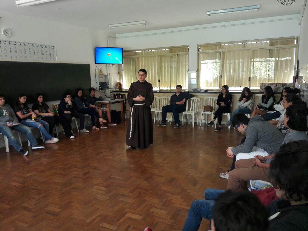 Jovens da Crisma se encontram no Colégio Nossa Senhora Aparecida